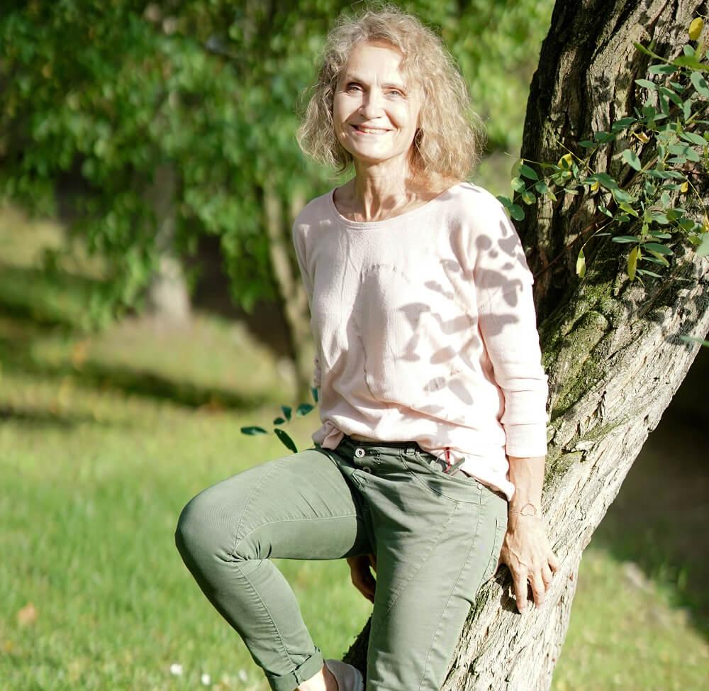 Kirsten Kamm am Baum